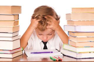 ni_o_estudiando_con_las_manos_en_la_cabeza_muy_preocupado